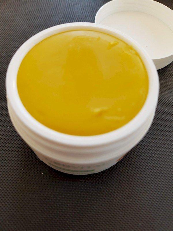 offene Dose CBD Akutbalsam von CBD-Vital. Der Balsam ist hanffarben gelblich