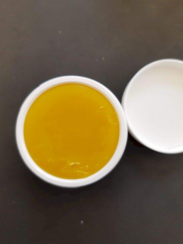 offene, weiße, Dose mit CBD Akutbalsam von CBD-Vital. Der Balsam ist fest und sehr fettig für trockene Haut