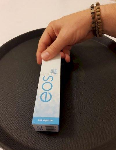 EOS VAPE PEN Verpackung auf schwarzen Hintergrund
