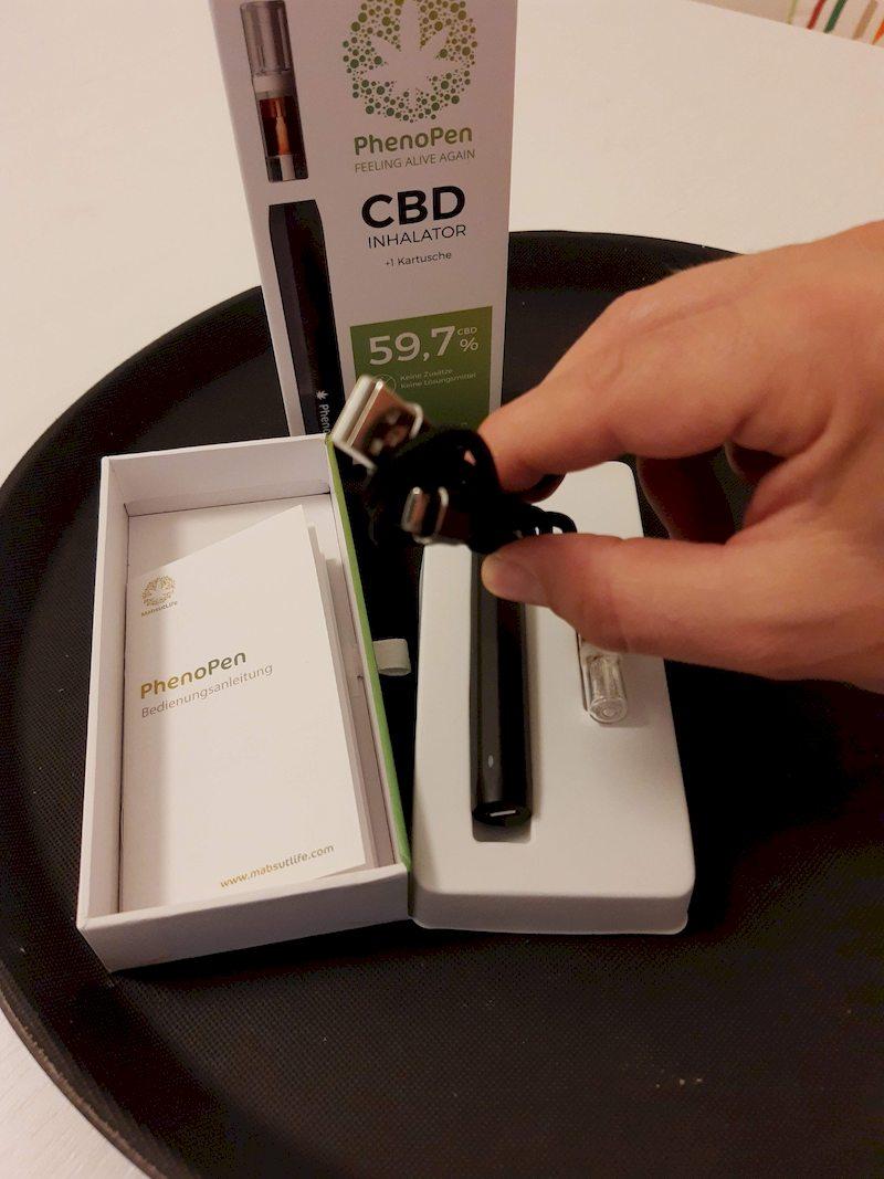 PhenoPen Test 2020, Verpackung geöffnet, Mini USB Kabel in der Hand , zum Aufladen des VapePens
